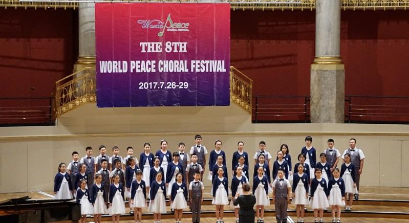 天使童声合唱团在维也纳献唱第八届世界和平合唱节   北京天使童声合唱团应邀参加世界和平合唱节,成为继维尔纳童声合唱团之后第二支在合唱节进行特邀演出的童声合唱团。他们表演的曲目是《I Let Her Go-Go》、《我是你的菜》。