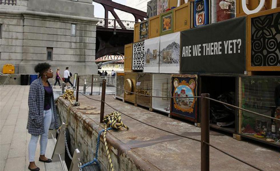 芝加哥河上的浮动博物馆      近日,一艘驳船改造成的浮动博物馆在美国芝加哥市中心的芝加哥河河边停靠。这艘长二十余米、宽约五米的驳船上展出了当地艺术家创作的艺术作品。据介绍,浮动博物馆是芝加哥本地非盈利艺术组织的概念艺术实践,其灵感源于现代艺术空间。