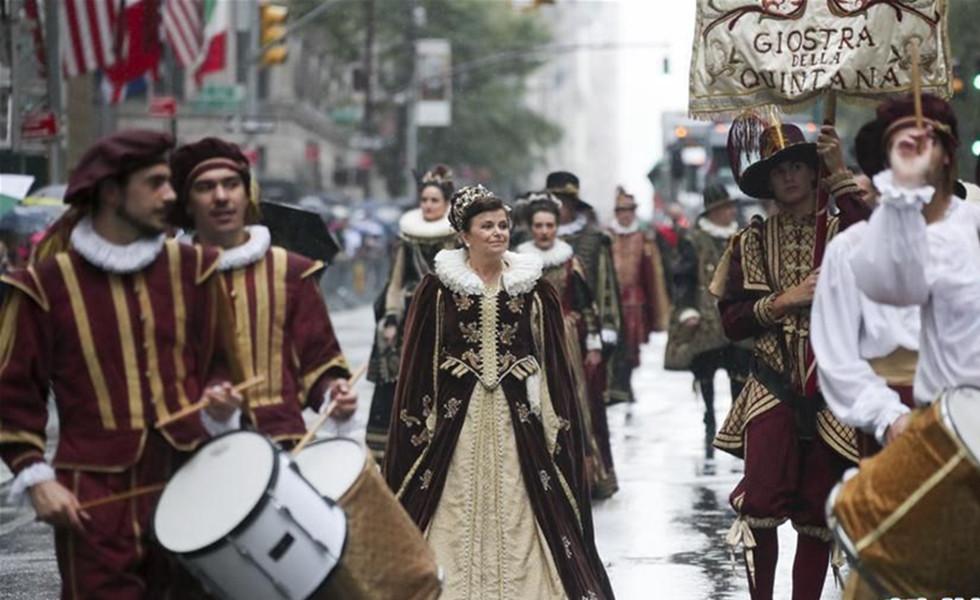 纽约举行哥伦布日游行  10月9日,在美国纽约曼哈顿第五大道,人们盛装参加哥伦布日游行。当天,纽约举行哥伦布日游行,纪念意大利航海家克里斯托弗·哥伦布首次到达美洲大陆。哥伦布日游行也是美国最大的展示意大利文化传统的庆祝活动。