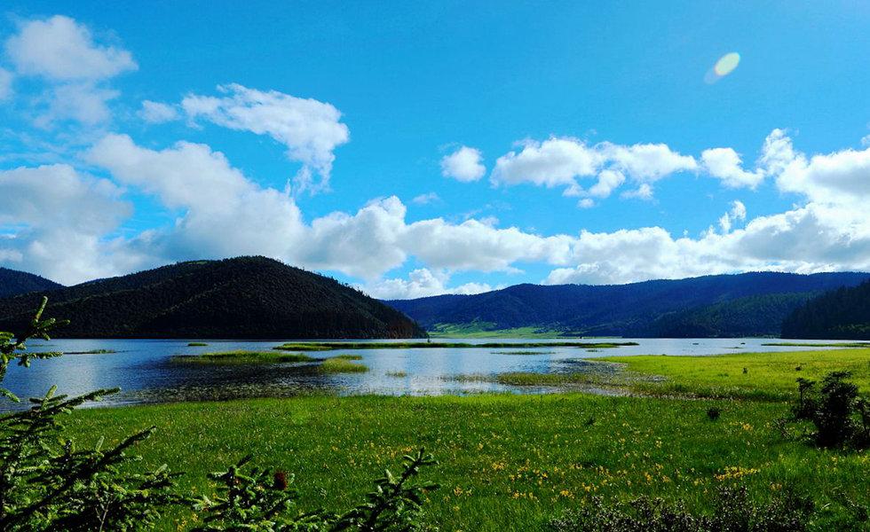 """探秘高原明珠普达措  普达措国家公园是全国最早建立的九大国家公园试点之一,它位于滇西北""""三江并流""""世界自然遗产中心地带,拥有高原地质地貌、湖泊湿地、森林草甸、河谷溪流、珍稀动植物等丰富的生态资源,以独特的高原地质地貌和少数民族人文景观,成为国家公园中一颗璀璨的明珠。"""