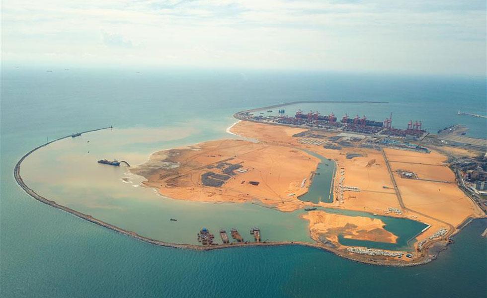 """对共建""""一带一路""""有了新理解——科伦坡港口城建设一年间  科伦坡港口城项目是中斯两国在""""一带一路""""建设中的重点合作项目,由斯里兰卡政府和中国港湾科伦坡港口城有限责任公司联合开发,于2014年9月动工,整体开发时间约25年。"""