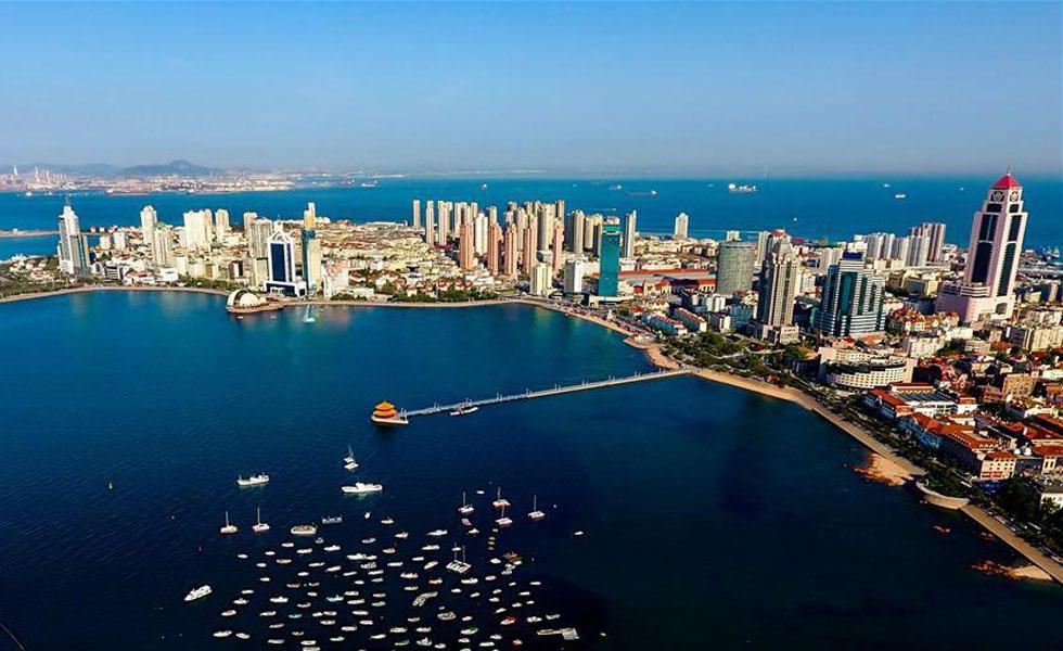 """开放的青岛期待""""上合之声""""  红瓦绿树,碧海蓝天,象征开放与合作的青岛栈桥,手臂般伸向辽阔的海洋。随着上海合作组织成员国元首理事会第十八次会议的即将到来,青岛将在世界目光聚焦下,展示其40年的""""开放芳华""""。"""