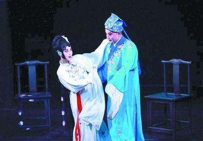 """>古风今韵                          丝路风情          小剧场戏曲:继承是本创新是魂          近年来,小剧场戏曲在北京、上海等地的演出红红火火,许多年轻人以去小剧场看戏为时尚。小剧场戏曲以其深厚的传统文化底蕴,新颖的呈现形式,先锋的理念探索而备受观众关注。近日,北京市文联就""""北京小剧场戏曲发展的现状及未来""""组织召开专题研讨会。与会的专家学者认为,小剧场戏曲既是继承发扬戏曲文化的新尝试,也是把戏曲带入更宽广视野的新探索。小剧场戏曲前行的动力,仍然在于利用小剧场的特点进行创新。"""