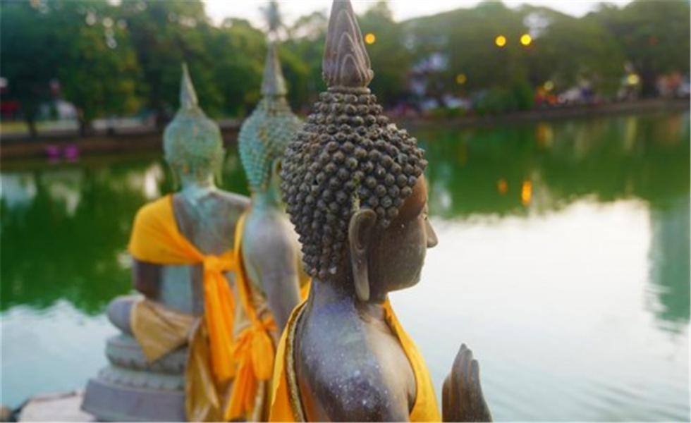 宁静的科伦坡贝拉湖水中庙  在科伦坡贝拉湖上有一座木造楼阁——水中庙。木造建筑上面覆盖着蓝瓦,外围环绕着线条优美的佛像。楼阁外高台上供奉的佛像,与不远处的高层建筑相互映照。祥和宁静的水中庙已成为人们修心、祈福的重要场所。